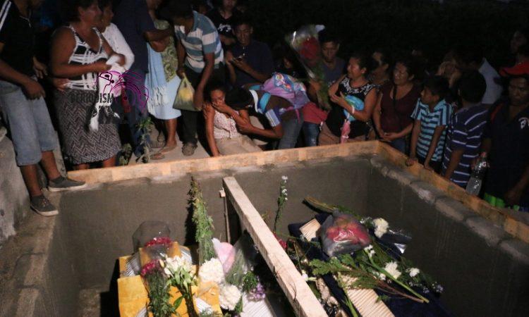 Entre lágrimas y dolor; Jamiltepec sepulta a sus muertos luego de trágico accidente aéreo